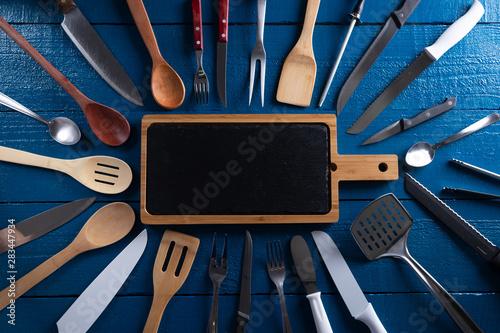Photo Utensílios de cozinha, tábua de corte, colher de páu, faca de carne, garfo, colh