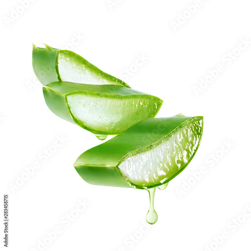 Aloe vera gel dripping from aloe vera slice isolated on white background Fototapet