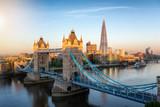 Fototapeta Londyn - Goldener Sonnenaufgang über der Tower Brücke und Skyline von London, Großbritannien
