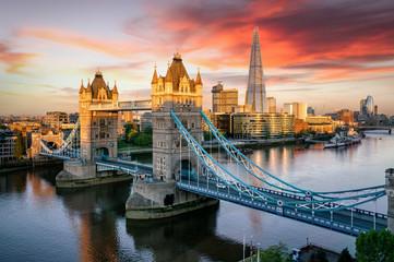 FototapetaBlick auf die Tower Brücke, beliebte Touristen Attraktion in London bei Sonnenaufgang am Morgen, Großbritannien
