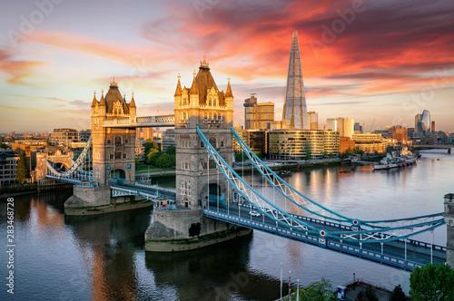 Blick auf die Tower Brücke, beliebte Touristen Attraktion in London bei Sonnenau Wallpaper Mural