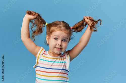 Fotomural  Portrait of surprised smiling cute little toddler girl