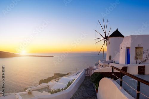 Foto auf AluDibond Santorini Sunset over Oia village on Santorini island in Greece