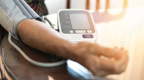 Photo  Elderly patient with bp, heart rate, digital pulse check equipment for medical g