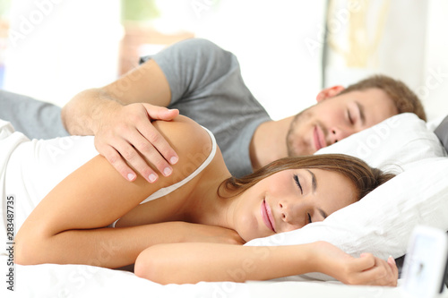 Stickers pour porte Pain Couple sleeping together in a bed in the morning