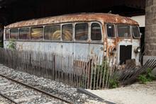 Vieille Carcasse D'autorail Abandonné Dans Une Gare
