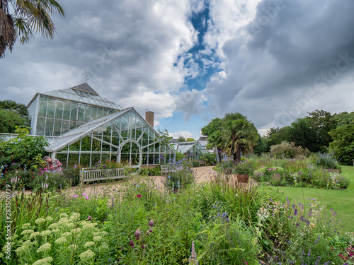 Leinwand Poster Cambridge botanic garden greenhouses, England