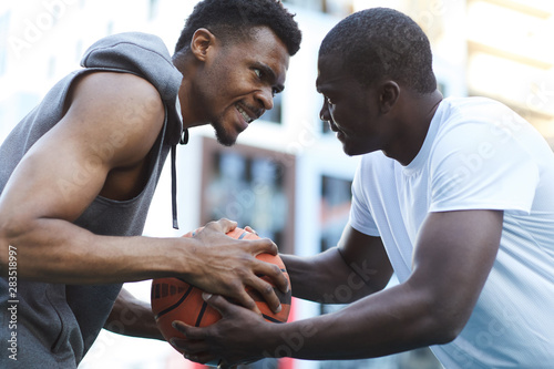 Fotomural  Portrait of two fierce African men fighting while playing basketball