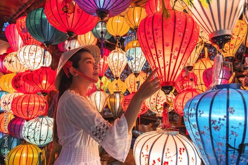 Travel woman choosing lanterns in Hoi An, Vietnam Fototapete