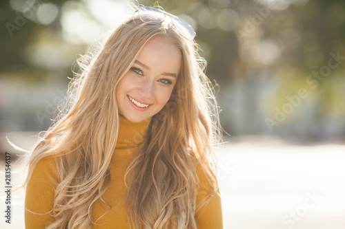 Photographie  Closeup portrait of young beautiful woman. Female outdoors.