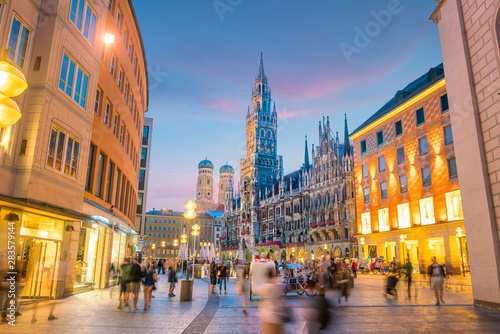Fototapeta premium Panoramę Monachium z ratuszem Marienplatz