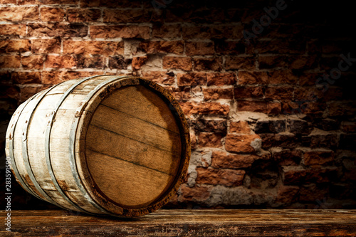 Papel de parede  A barrel on wooden table and brick wall background.