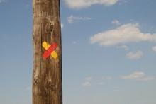 Um X Pintado Num Poste Em Contraste Com O Céu De Fundo