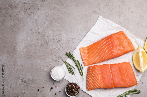 Photo Flat lay composition with salmon fillet on grey table