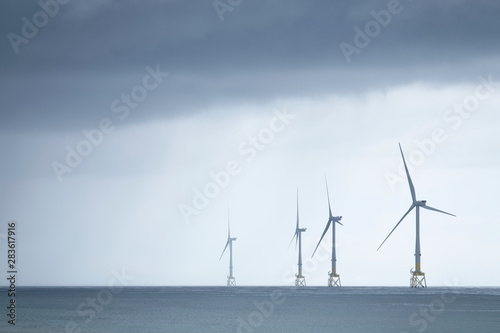 Photo Wind turbines at electric power farm in the North Sea in Aberdeen for renewable
