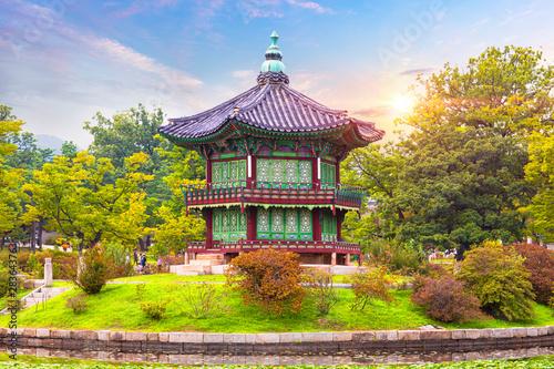 Foto  Gyeongbokgung palace, Hyangwonjeong Pavilion, in Seoul South Korea
