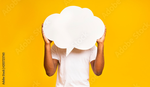 Photo  African american man holding an empty speech bubble