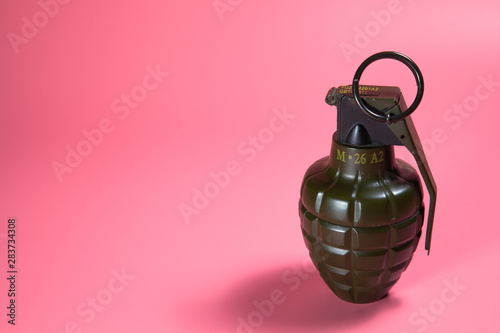 Valokuvatapetti Green metal hand Grenade with round pin over When I pull out it will blow Bomb O