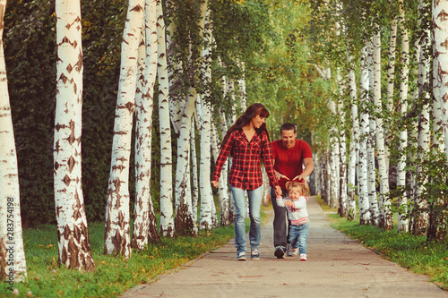 Poster de jardin Bosquet de bouleaux family with children in birch grove