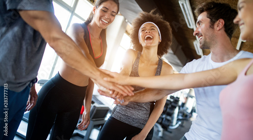 Poster Fitness Happy gorup of healthy people training in gym