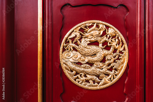 Fotografie, Tablou Dragon Sculpture Wooden Door of Shenyang Imperial Palace in CHINA