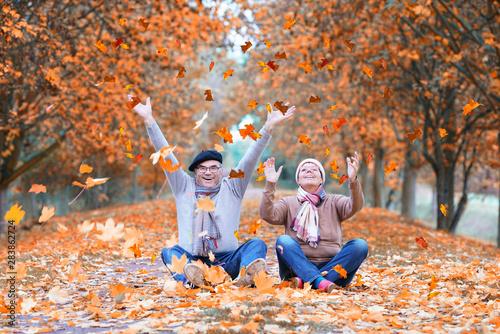 Obraz na plátně  lebensfrohe Senioren im Herbst