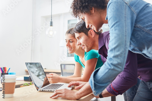 Photo  Kreatives Start-Up Team am Laptop PC