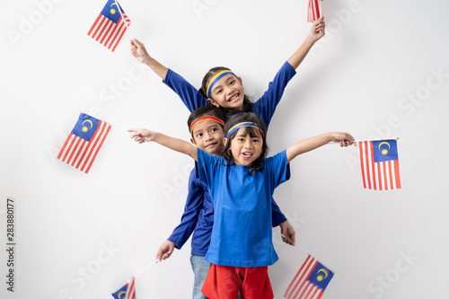 Fotografía  cute kids holding malaysian flag over white background