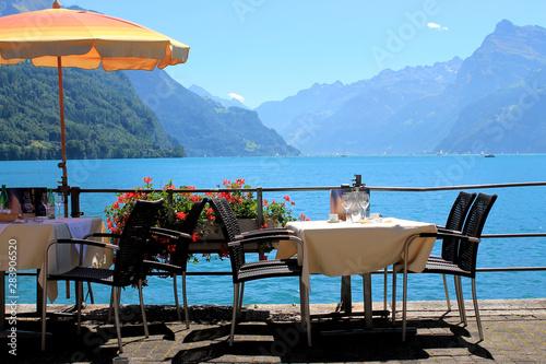 Leinwand Poster Mittagspause am Vierwaldstätter See mit Blick auf die Berge