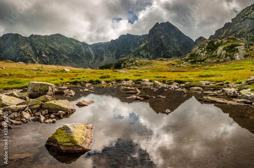 Montage in der Fensternische Honig Mountain landscape and glacial lake in Retezat National Park, Carpathian Mountains, Romania