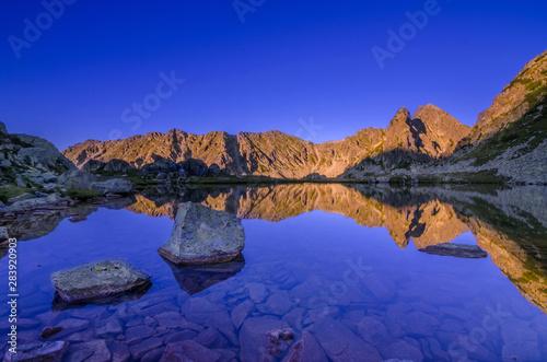 Montage in der Fensternische Dunkelblau Mountain landscape and glacial Taul Portii lake in Retezat National Park, Carpathian Mountains, Romania, at sunrise