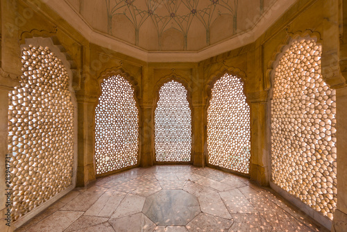 Fotografiet Perforated wall in the building of the palace in the Amber Fort at Jaipur, India