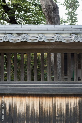 Платно Atago, Japan, 08/04/2019 , Shimofusanodaatago Shrine, detail of the wall on a garden, with the characteristic decolored wood
