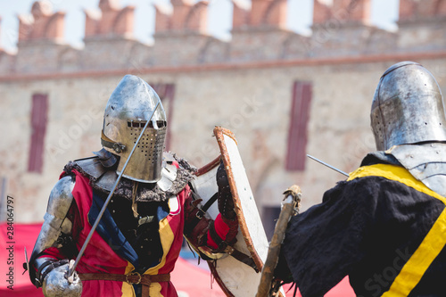 Fotomural Two knights during a duel on the background of the wall of the ancient castle_