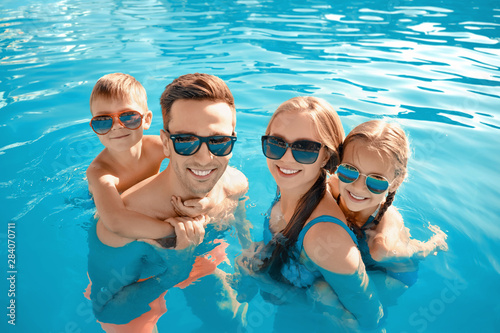 Fotografía  Happy family in swimming pool on summer day