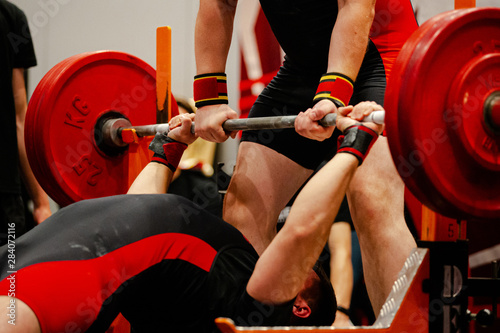 Fotografía athlete powerlifter start attempt bench press competition in powerlifting