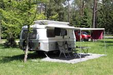 Ein Wohnwagen Im Wald