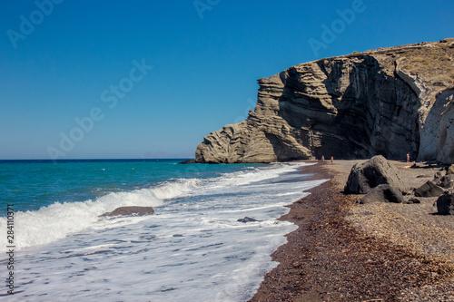 Photo Beautiful beach of Cape Columbo also called as paradise beach in island on Santorini, Greece in summer