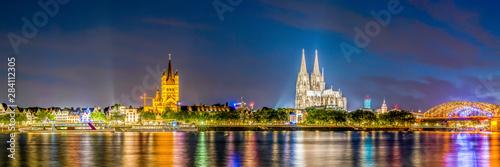 Obraz na plátně Skyline von Köln mit Kölner Dom und Rhein bei Nacht
