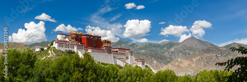 Tela LHASA, TIBET / CHINA - July 31, 2017: Panorama of Potala Palace - home of the Dalai Lama and Unesco World Heritage