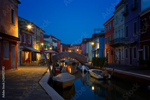 Pinturas sobre lienzo  Old colorful houses and boats at night in Burano, Venice Italy.