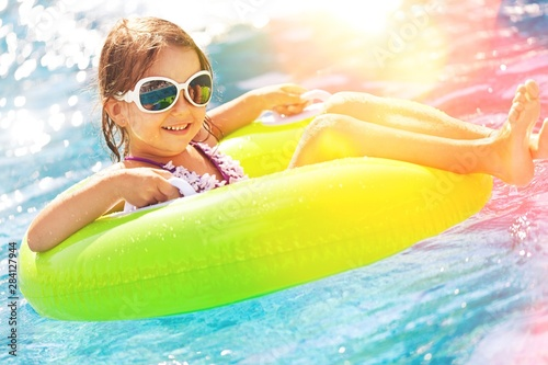 Photo  Beautiful little girl sunning at the pool
