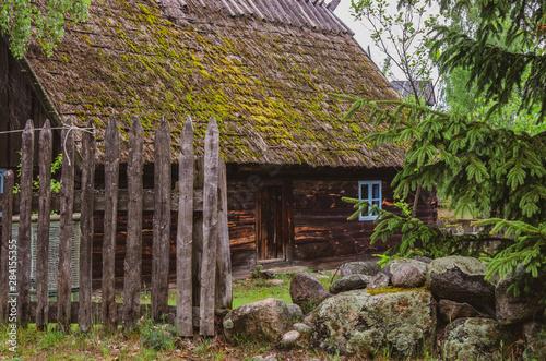 Stara drewniana zagroda wiejska.