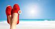 canvas print picture - Beine mit roten Stoffschuhen vor Strand und Meer