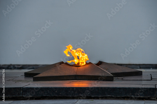 Fotografia  Monument - the eternal flame with a blazing flame.