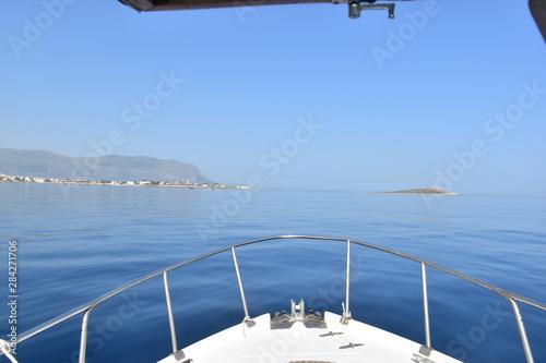 prua di una barca che solca il mare calmo Fotobehang