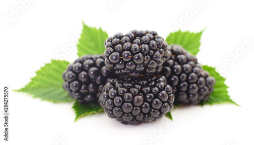 Valokuvatapetti Closeup shot of fresh blackberries.