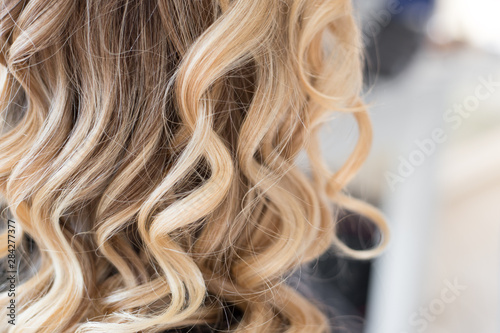 Fotomural  Beautiful hairstyle of young woman after hair wrapping and styling