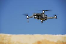 Mavic Pro 2 Im Flug über Sand...