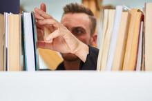 Bibliothekar Oder Buchhändler Sortiert Bücher